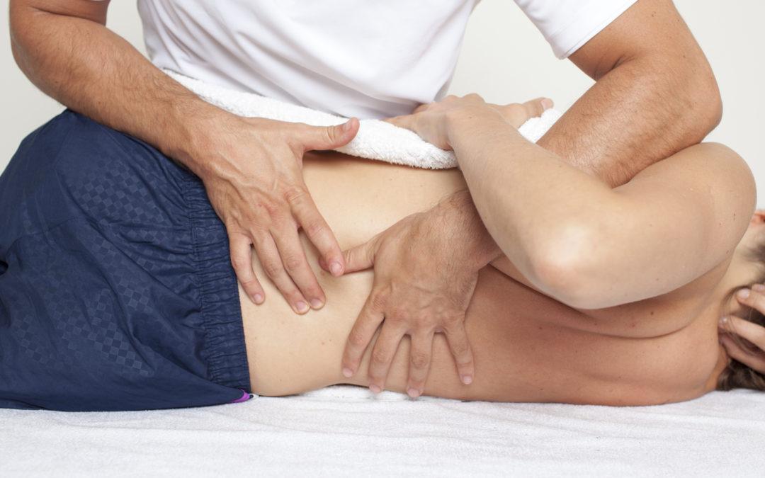 Quels sont les effets et les objectifs des techniques manuelles utilisées par les thérapeutes ?